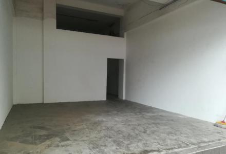 八里街八里六路青青家园大门口51平门面出租,无转让费(带同等面积地下室)