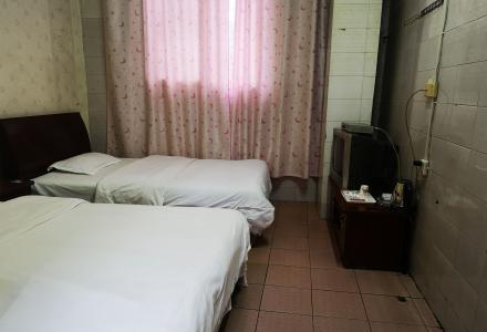 广西师范大学加油站对面的客栈,现出租闲置双人床房间,拎包可入住