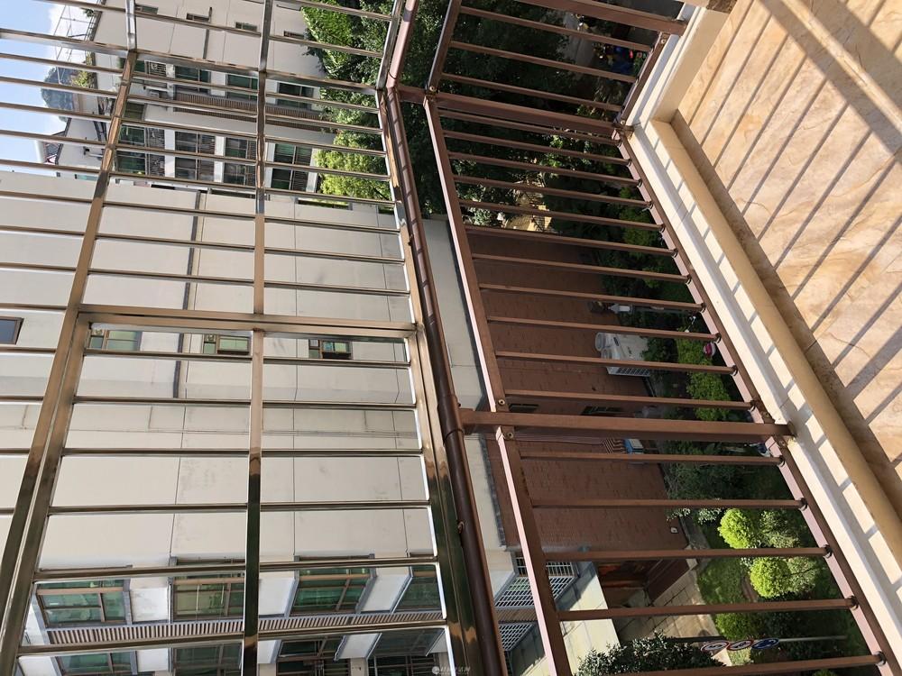 L湖光山色黄金五楼一房一厅出售
