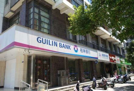 象山区上海路漓江桥头现租给桂林银行的门面