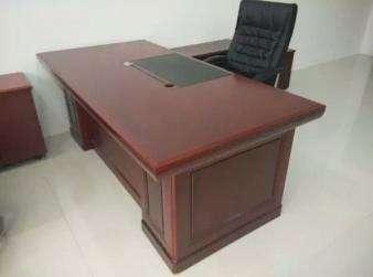 大班桌1.8米一张500元,小柜子一个100,长柜子1.2米150元,老板椅一个400元