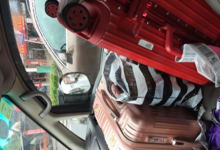 桂林机场至市区专线车,20元/座,9座风行商务车 ,预定电话:0773-2233521。