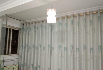 衣柜,桌子,电热水器,空调,洗衣机都是刚购买的新家具,家电