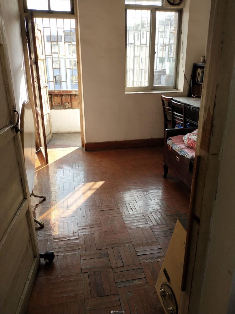 凤集小学旁,叠彩文化宫旁三房一厅6楼84平方43万,有杂物间可停电动车