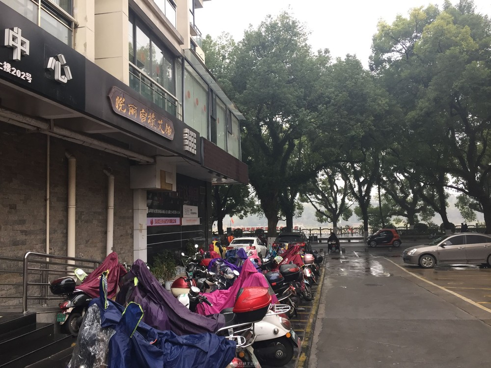 Z滨江路 解放桥漓江旁 电梯甲级写字年租金5万2元/年  10年建
