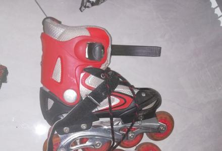 红黑色炫酷拉风轮滑鞋
