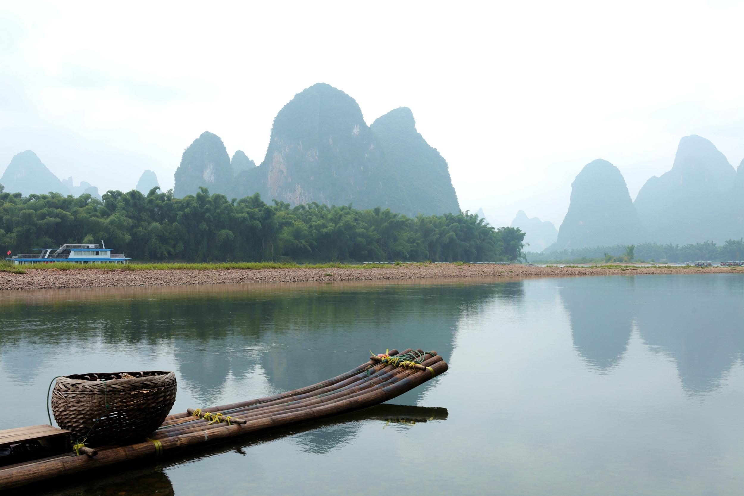 动静漓江 作  者:黄明昌 图片描述: 多年来,桂林注重保护漓江,漓江水