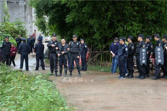 ▲陈强被警方带回银汉镇老家指认现场