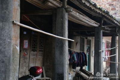 以石为柱修建的曾经的商铺今天看起来依然很稳实