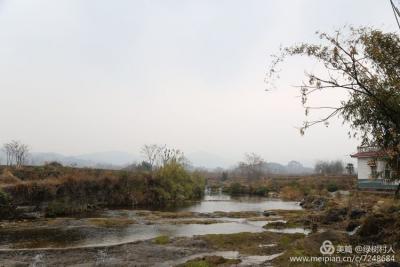 村前的这条小河景色宜人,令人流连忘返。