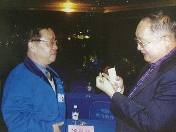 李连印与前新飞副董事长高嘉琳(右)交谈。 图片来自《广告到底》