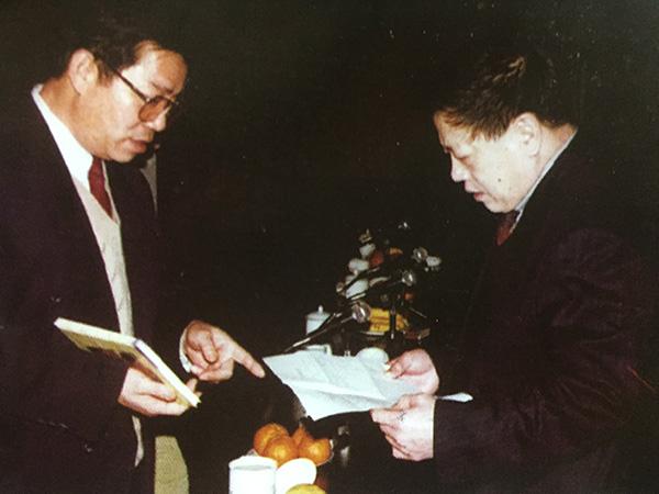 曾任新飞党委工作部部长的李连印与刘炳银(右)交流。 图片来自《广告到底》