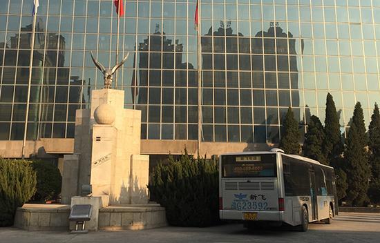 """新飞公司正门""""新飞冰箱""""雕塑"""