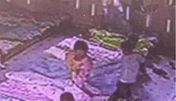2岁男童教室拉了3次大便后身亡! 家长从监控视频看到了什么?