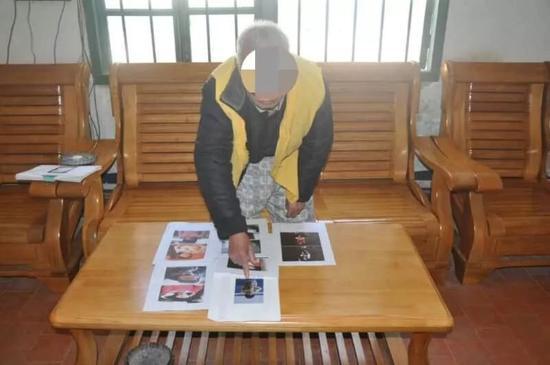 嫌疑人在指认参与拐卖的受害人照片