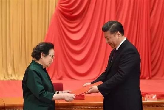 1月9日,习近平向获得2016年度国家最高科学技术奖的中国中医科学院屠呦呦研究员颁奖。新华社记者 李学仁 摄