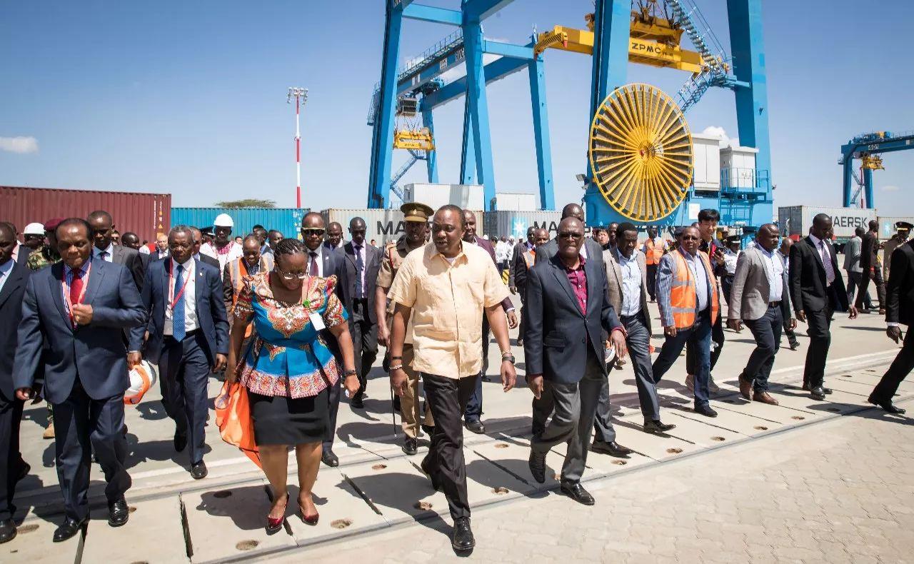 ▲资料图片:2017年12月16日,在肯尼亚首都内罗毕,肯尼亚总统肯雅塔(前中)视察由中企承建的内罗毕内陆集装箱港。