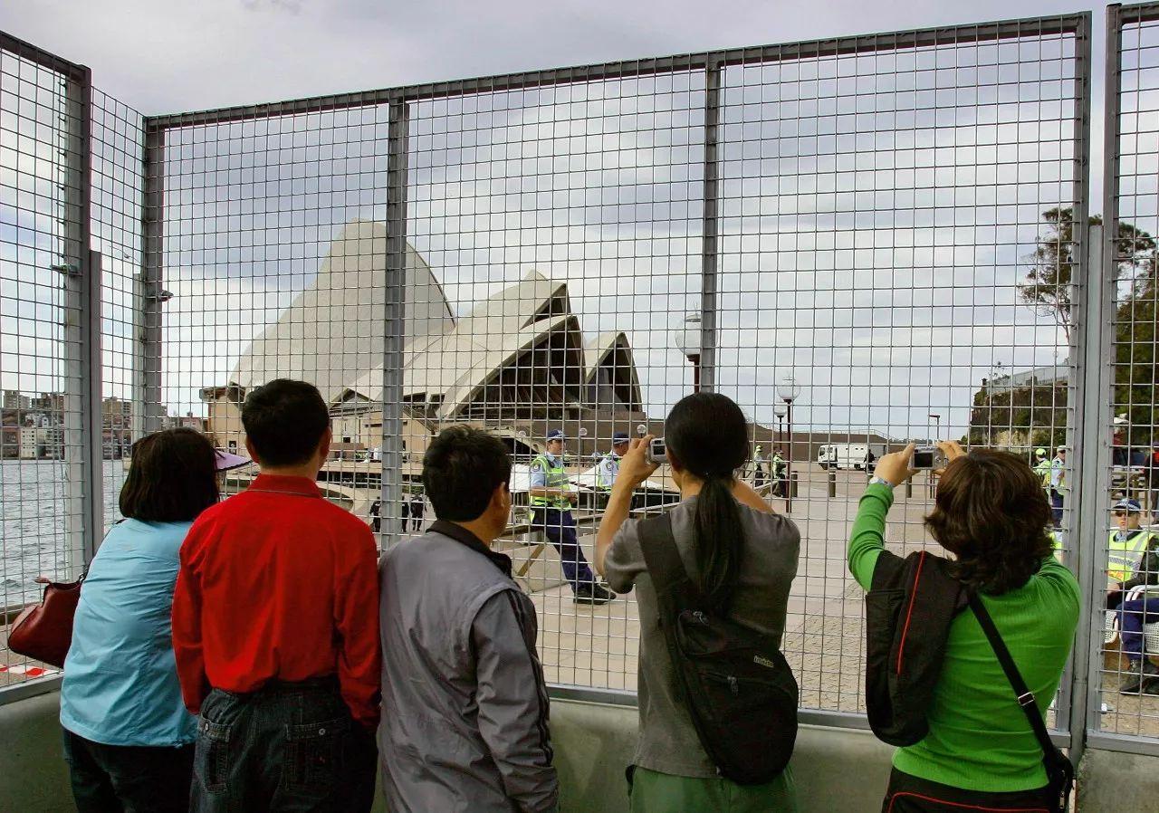 ▲资料图片:中国游客在悉尼歌剧院前拍照。(路透社)