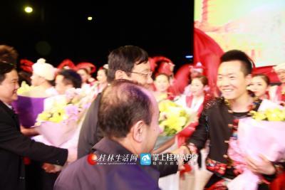 演出后,市领导与演员们亲切握手