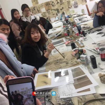 作为广西师范大学美术学院中国画系讲师,为学生上专业课是她最重要的任务。
