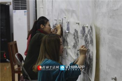 沉浸到绘画中,活泼的白杨会进入另一种专注的状态。今年,她正在和团队共同创作一幅靖江王城的山水画,而此画将作为广西壮族自治区成立60周年的献礼之一。