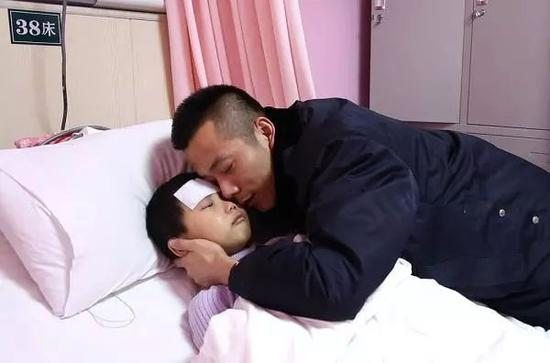 张佳烨和父亲张明亮。视觉中国 图
