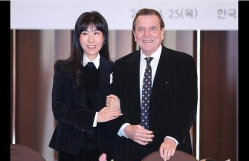 德国73岁前总理将第5次结婚 迎娶小26岁韩国翻译