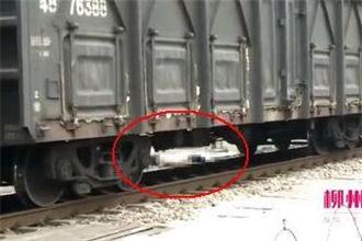 男子冲到疾驰列车前卧轨身亡 年仅25岁
