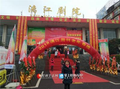 市民在漓江剧院前开心拍照留念