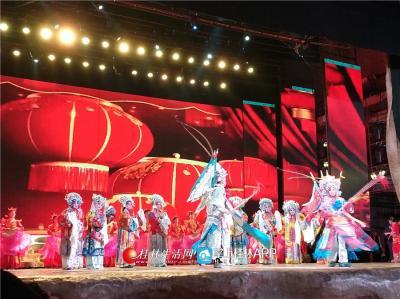 歌舞中既有戏剧元素,也有传统的舞狮。