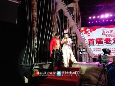 曾子洳还在演唱期间走下舞台与观众亲密接触。