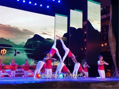 伽缘瑜伽艺术团带来的瑜伽-- 飞逝的红巾