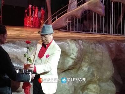 著名魔术师吴俊生老师带来的魔术表演让近距离观察的观众们都惊叹不已