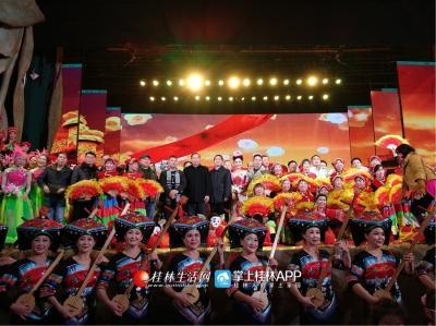 在歌声中,领导上台与全体演职人员合影