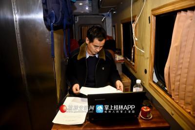 """晚上,段宗元在自己的""""移动办公室""""里办公。"""