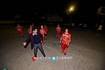 段宗元来到村子里工作后,还组建了文艺队,让大家的文化生活也丰富起来。