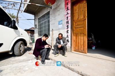 段宗元正在对帮扶的贫困户进行回访。