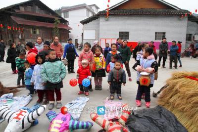 """""""闹春牛""""是广南村在立春之日一直坚持举办的传统活动。图为孩子们守着自己的""""春牛"""""""