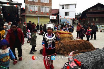穿着传统侗族传统服饰的孩子
