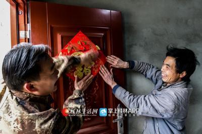 刚搬进新家的蒙政保和龙宪智把福字贴到门上,脸上笑开了花。