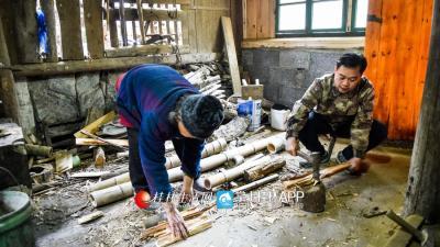每来一回,龙宪智都把自己当成老人的亲人,不停地干这干那。