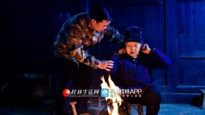 代凤娇老人独居,龙宪智经常帮她按摩肩颈。