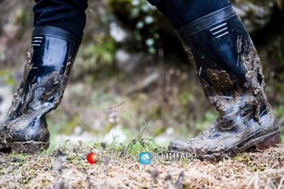 下村入户需要跋山涉水,一双水鞋不一会就裹满泥浆。