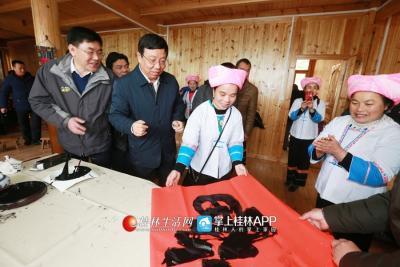 """图为接到赵乐秦的""""福"""",群众十分开心。记者何平江 摄"""