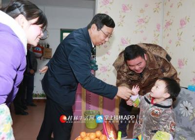 2018年2月7日,赵乐秦看望困难群众家庭。桂林日报记者何平江摄
