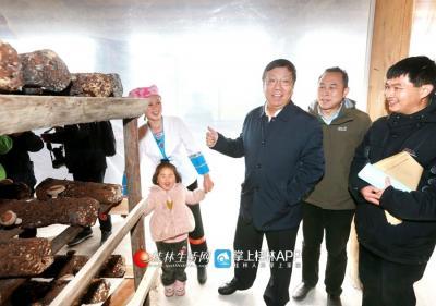 2018年2月7日,赵乐秦看望困难群众家庭,并鼓励群众通过产业致富脱贫。桂林日报记者何平江摄