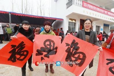 """2016年1月20日,兴安县群众收到赵乐秦送来的""""福""""。桂林日报记者何平江 摄"""