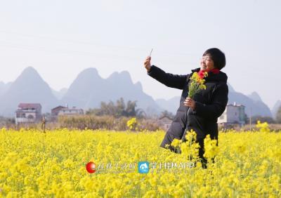 爱美的蒋俊,空闲时会到村子里盛开着油菜花的田里自拍。