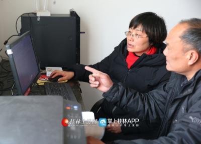在太和村村委会办公室里,蒋俊教村干部如何使用电脑办公。