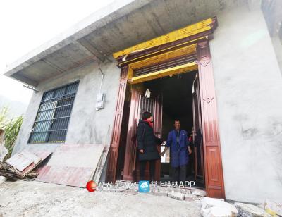 蒋俊和贫困户黄喜昭在他家盖的新房里开心地聊天。